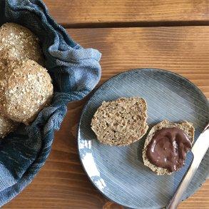 Fuldkornsboller med hampefrø og hirseflager
