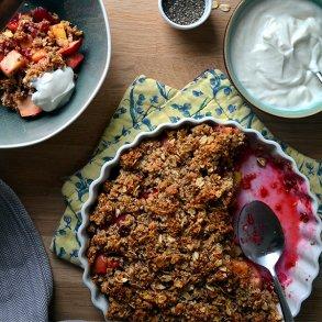 Hassel-Chia crumble med æble og hindbær