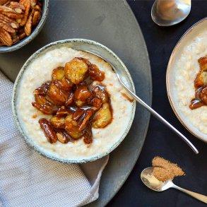 Perlebyggrød med karamelliseret pekannødder