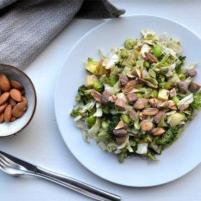 Grov salat med saltede mandler